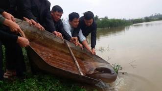Người dân cùng thả con cá chình về lại sông