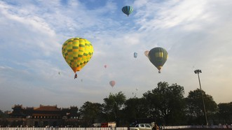 Du khách bay bổng trên bầu trời cố đô Huế bằng khinh khí cầu.