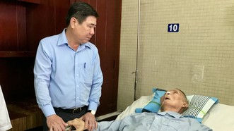 Chủ tịch UBND TP Nguyễn Thành Phong đến tận giường thăm hỏi sức khỏe Thiếu tướng Nguyễn Răng