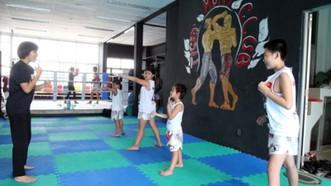Một lớp học phụ huynh đăng ký cho con nhằm huấn luyện chống lại việc xâm hại và bắt cóc
