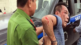 涉嫌縱火燒屋的嫌疑人梅友代被警方控制並押送至派出所。(圖源:仕興)