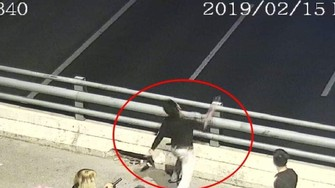 上述青年的全部違法行徑已被高速公路高架橋的安寧監控系統拍下。(圖源:視頻截圖)