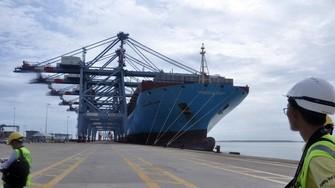 大型集裝箱運貨船抵達丐密-氏槐港。(圖源:東河)