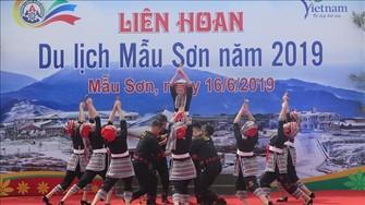 2019年母山旅遊節開幕儀式文藝表演節目。(圖源:越通社)