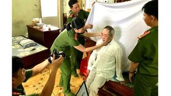 Công an quận 9 chụp ảnh chân dung cho ông Nguyễn Quang Võ