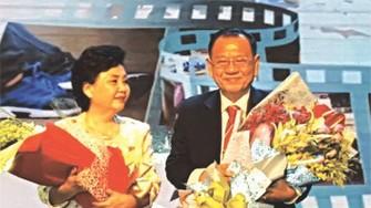 平仙公司員工向兩位創辦 人尤凱成和賴謙致送鮮花。