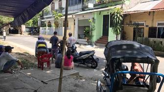 Người dân phát hiện thi thể ông T. trong ngôi số 1 Hồ Xuân Hương, TP Huế.