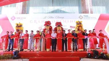 Chủ tịch UBND TP Đà Nẵng Huỳnh Đức Thơ (giữa) cùng lãnh đạo Tập đoàn TMS và các đại biểu cắt băng khánh thành khách sạn TMS Luxury Hotel Da Nang Beach