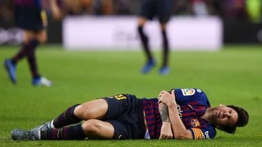 Lionel Messi rất đau đớn sau chấn thương. Ảnh: Getty Images