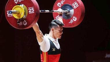 Lực sĩ Thạch Kim Tuấn đoạt Huy chương bạc hạng cân 56kg nam môn cử tạ. Ảnh: DŨNG PHƯƠNG