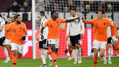 Q. Promes (số 9) sau khi ghi bàn rút ngắn tỷ số xuống 1 - 2 cho tuyển Hà Lan.