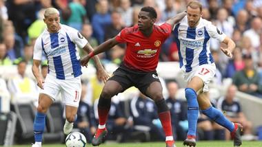 Paul Pogba (Manchester United) kiểm soát bóng trước hậu vệ Brighton