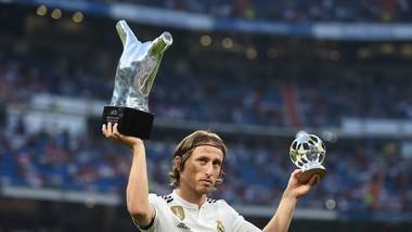 Luka Modric khoe danh hiệu củas UEFA Champions League.