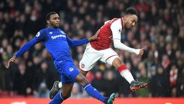 Tiền đạo Aubameyng ghi bàn vào lưới Everton mùa qua