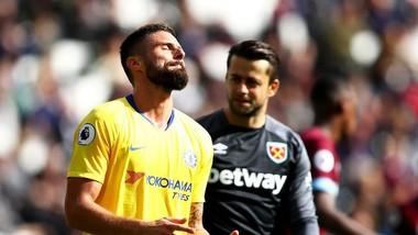 Oliviewr Giroud (trài, Chelsea) thất vọng trước khung thành Fabianski (West Ham)