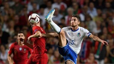 Jorginho (phải, Italia tranh bóng trước hậu vệ Bồ Đào Nha.