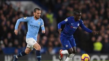 N'Golo Kante (Chelsea, phải) đi bóng qua David Silva (Man City)