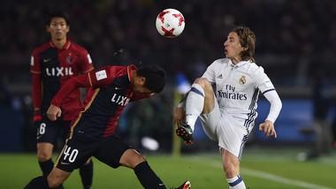 Luka Modric (phải, Real Madrid) trong trận chung kết 2016 với Kashima