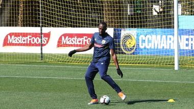 Usain Bolt trên sân tập của Central Coast Mariners