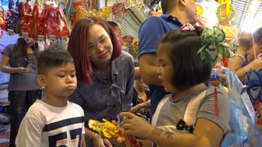 Trời mưa phố lồng đèn Lương Nhữ Học vẫn đông khách tham quan