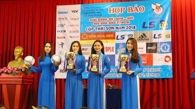 Ban tổ chức giới thiệu bóng thi đấu và 3 chiếc Cúp vô địch