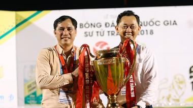Ông Lê Hồng Cường (bên trái) cùng Chủ tịch CLB Becamex Bình Dương Hồ Hồng Thạch