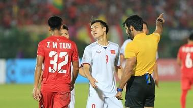 Văn Toàn ngẩn ngơ khi bàn thắng không được công nhận. Ảnh: MINH HOÀNG