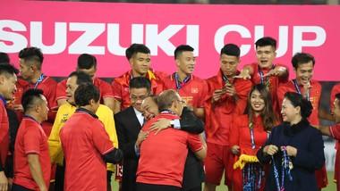 Thủ tướng Nguyễn Xuân Phúc ôm chúc mừng HLV Park hang-seo trên bục trao Cúp. Ảnh: DŨNG PHƯƠNG