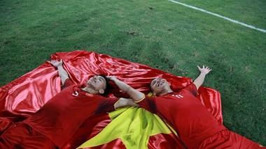 Anh Đức và Văn Hậu ngây ngất sau chiến thắng. Ảnh: DŨNG PHƯƠNG