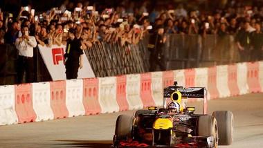 Khán giả thích thú khi tận mắt được chứng kiến những chiếc F1 phóng vun vút trên đường đua. Ảnh: MINH HOÀNG