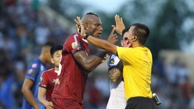CLB TPHCM phản ứng trọng tài trên sân Tam Kỳ. Ảnh: Viết Định