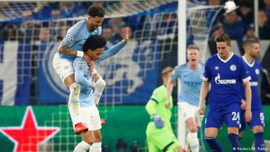Leroy Sane không ăn mừng bàn thắng ghi vào lưới đội bóng cũ Schalke. Ảnh: Getty Images