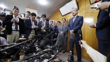 Chủ tịch Ủy ban Olympic Nhật Bản Tsunekazu Takeda tiếp xúc báo giới sau khi thông báo từ chức ngày 19-3-2019. Ảnh: KYODO