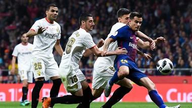 Hậu vệ Sevilla vây quanh Coutinho (Barcelona)