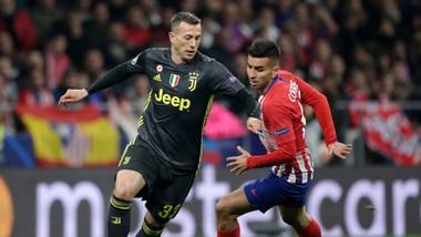 Federico Bernardeschi (trái, Juventus) đi bóng qua Angel Correa (Atletico Madrid).