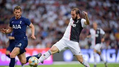 Gonzalo Higuain (phải, Juve) ghi bàn.