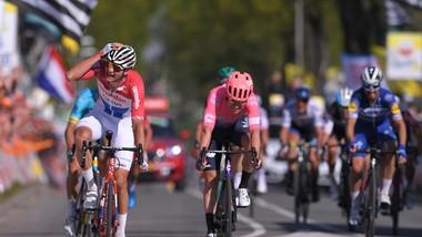 Tận dụng sai lầm của Fuglsang và Alaphilippe, Van der Poel bứt phá giành chiến thắng