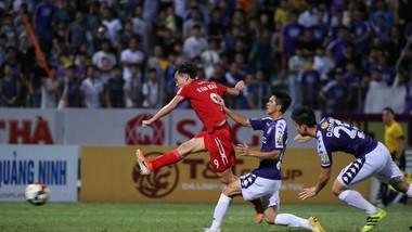 Cú bứt tốc và ghi bàn gỡ hòa của Văn Toàn trong trận Hà Nội - HA.GL. Ảnh: MINH HOÀNG