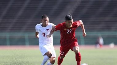 Hậu vệ đội Philippines đeo bám Văn Xuân của U22 Việt Nam. Ảnh: DŨNG PHƯƠNG