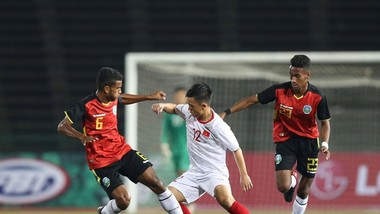 Hoàng Nam tranh bóng cùng cầu thủ Timor Leste. Ảnh: DŨNG PHƯƠNG