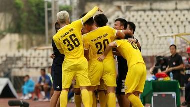 Các cầu thủ Hà Tĩnh đã áp sát ngôi đầu bảng. Ảnh: MINH HOÀNG