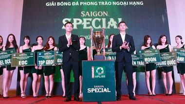 Cúp vô địch mùa giải thứ 5 được ra mắt. Ảnh: NGỌC HẢI