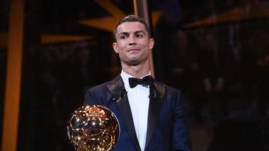 Ronaldo nhận QBV trên đỉnh Tháp Eiffel