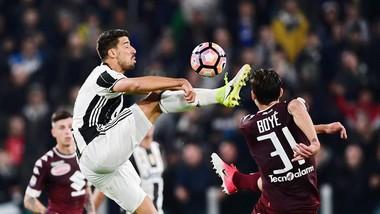 Sami Khedira (trái, Juventus) tranh bóng quyết liệt với Lucas Boye (Torino). Ảnh: Getty Images.