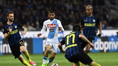 Lorenzo Insigne (Napoli) đi bóng giữa hàng thủ Inter. Ảnh Getty Images.