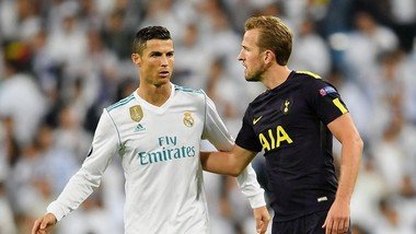 Harry Kane (phải, Tottenham) đề nghị đổi áo với Cristiano Ronaldo. Ảnh: Getty Images.