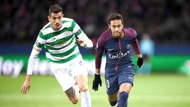 Neymar (phải, Paris SG) vượt qua hậu vệ Celtic dễ như bỡn. Ảnh: Getty Images.
