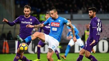 Marek Hamsik (Napoli) giữa vòng vây hậu vệ Fiorentina. Ảnh Getty Images.