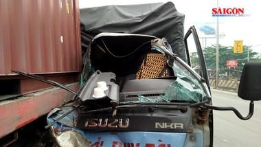 Tài xế xe tải thoát chết sau khi húc vào xe container