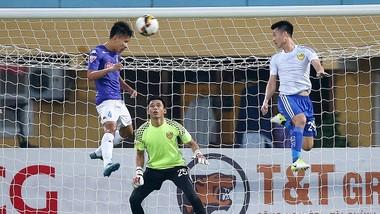Quảng Nam (áo trắng) vẫn còn rộng cửatrong cuộc đua vô địch cùng Hà Nội và Thanh Hóa. Ảnh: MINH HOÀNG